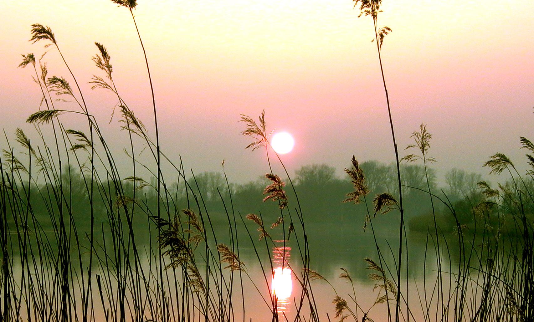 Blick auf die Landschaft rund um die Lesum bei Sonnenuntergang.