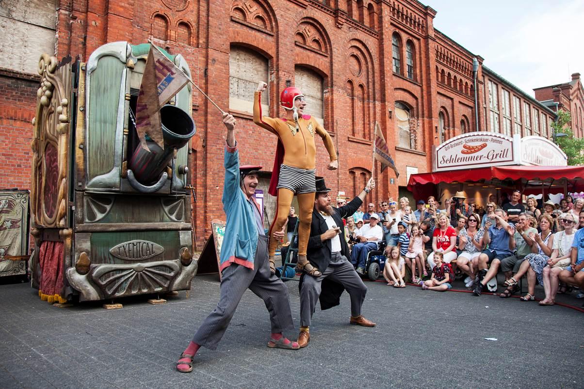 La Strada Künstler präsentieren einem Publikum ihre Show.