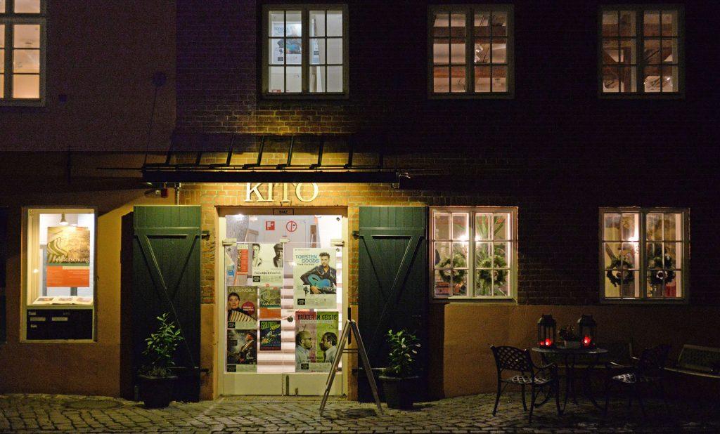 Blick auf die Fassade und die Tür vom KITo