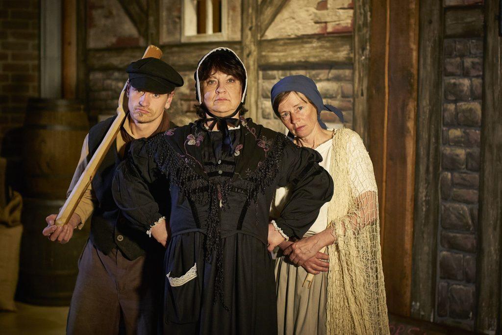Drei Personen in historischer Kleidung