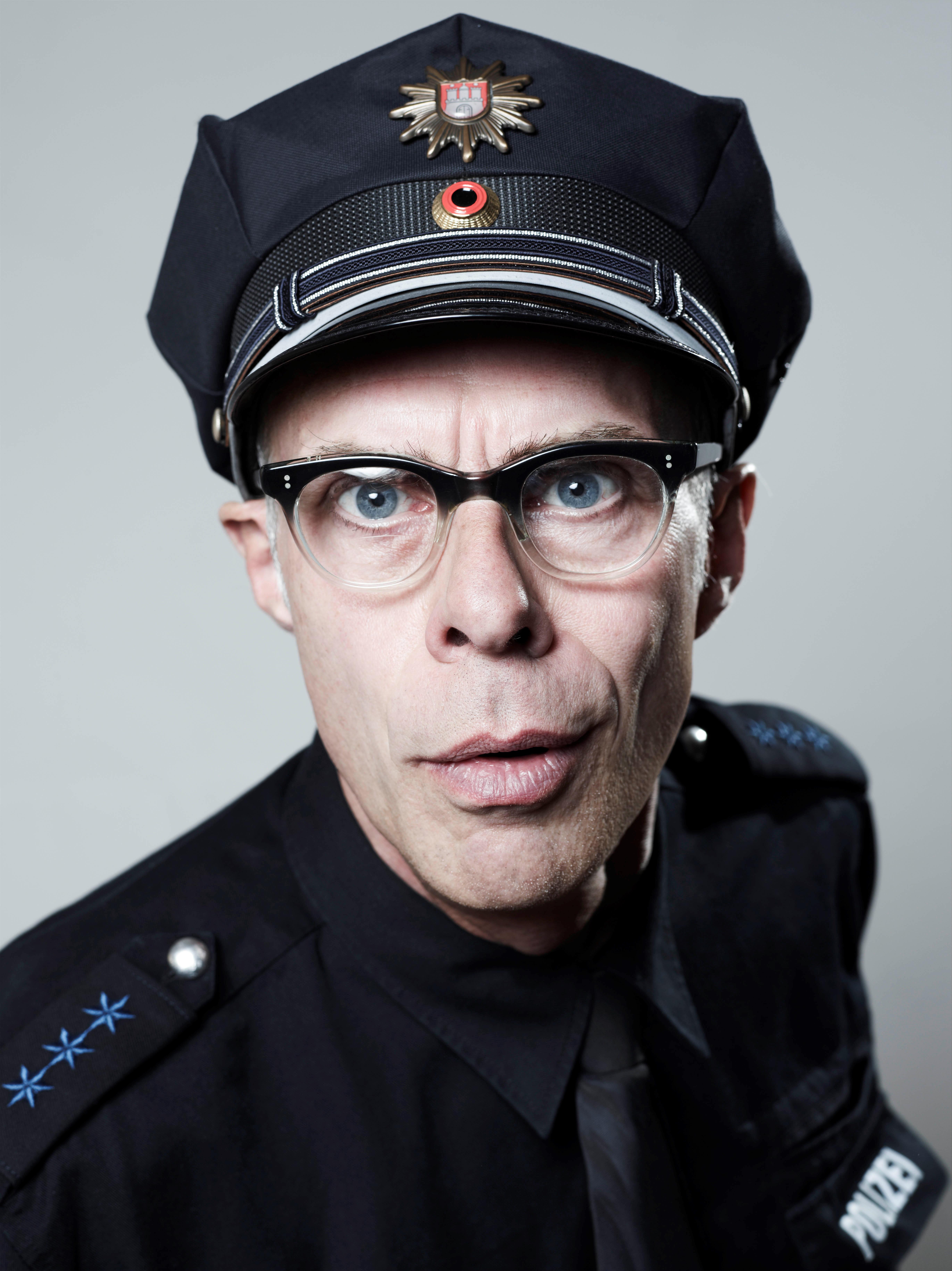 Ein Polizist mit Brille