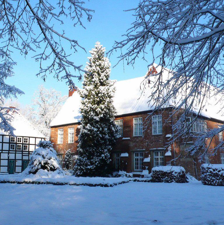 Ein Fachwerkhaus im Schnee