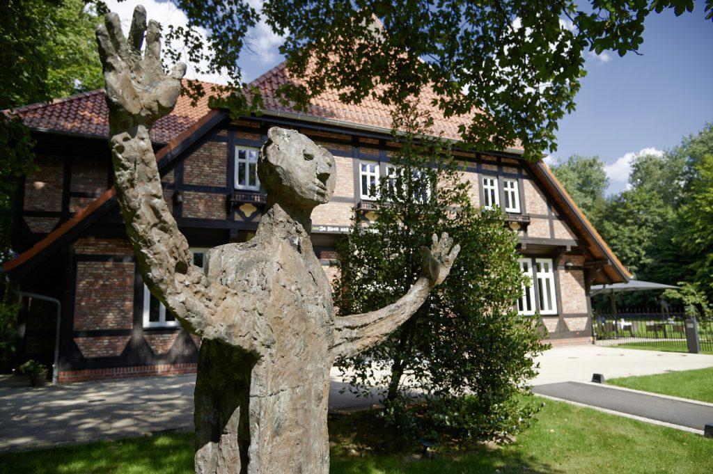 Gebäude Kränholm mit Statue.