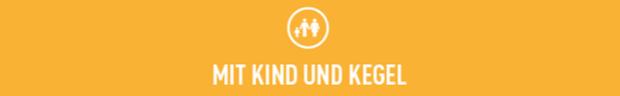 """Balken mit der Aufschrift """"Mit Kind und Kegel""""."""