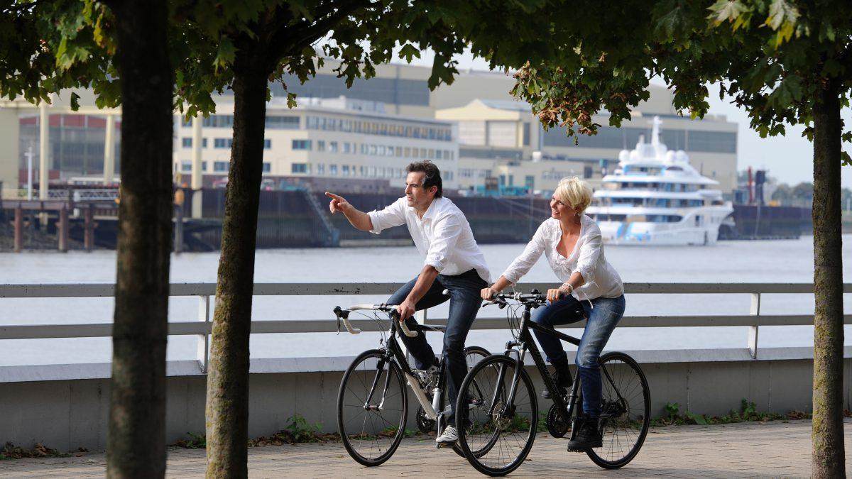 Fahrradfahrer an Vegesacker Promenade.