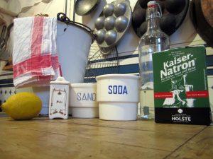 Essig, Soda und co. auf einer Arbeitsplatte