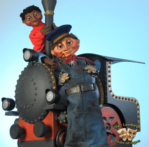Zwei Puppen und eine Lokomotive