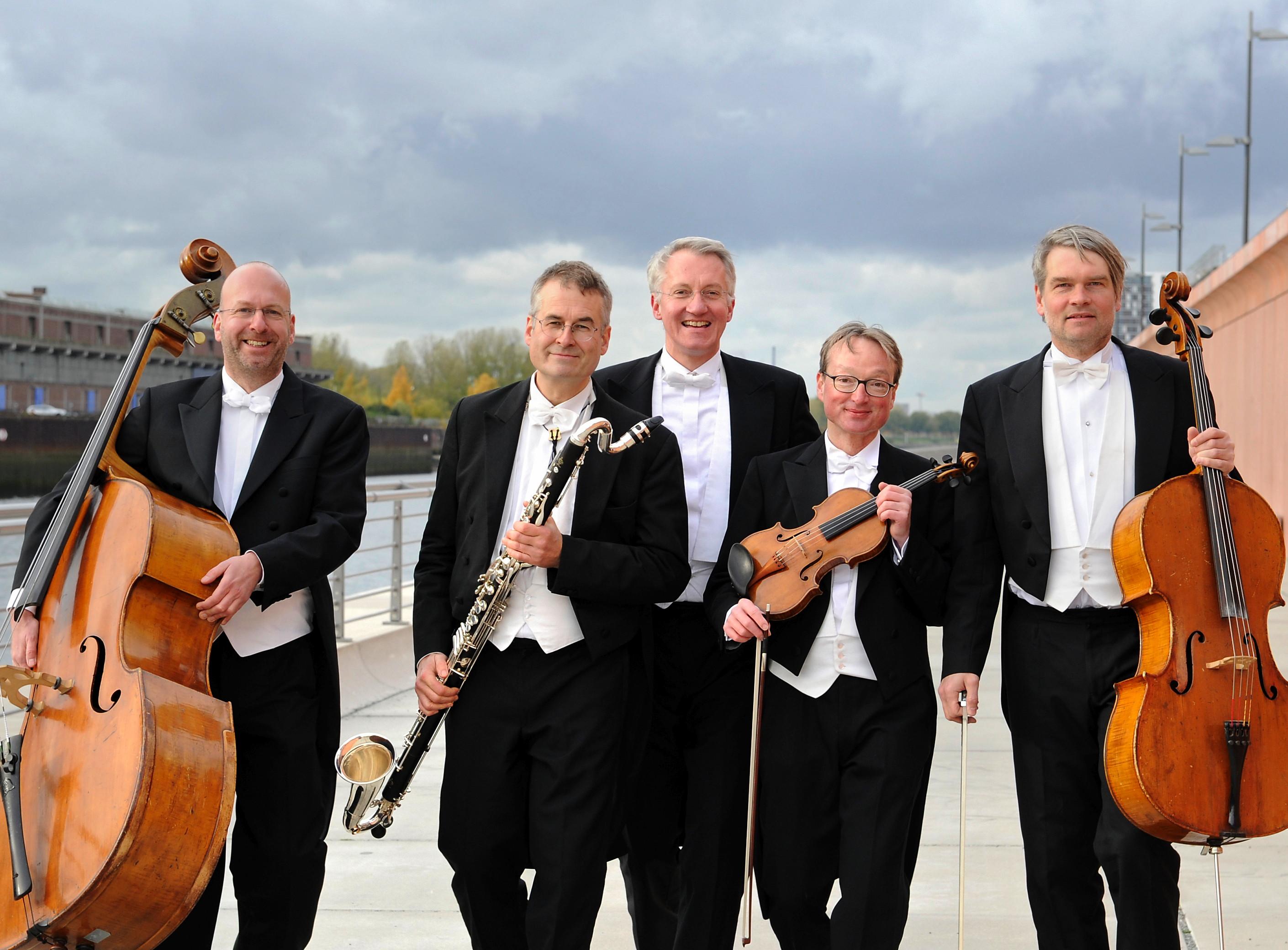 Fünf Männer in Anoraks und Instrumenten in den Händen