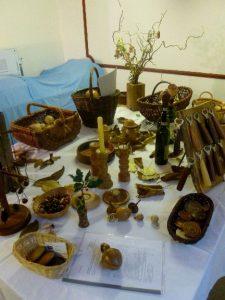 Diverse handwerklich produzierte Gegenstände auf einem Tisch
