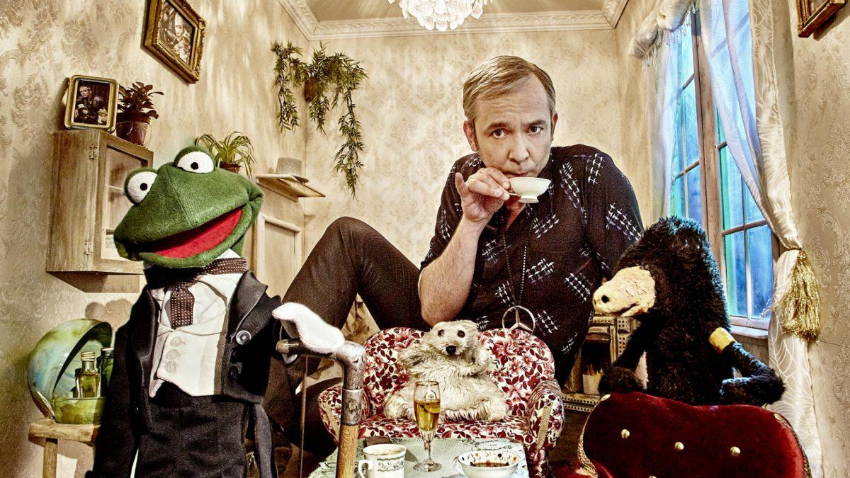 Teezeit: René Marik mit Frosch-, Eisbär- und Maulwurf-Handpuppe.