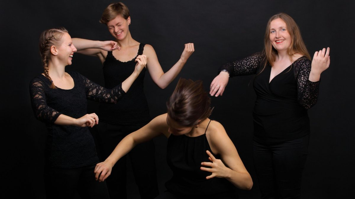 """Vier junge Frauen spielen """"Luftvioline"""""""
