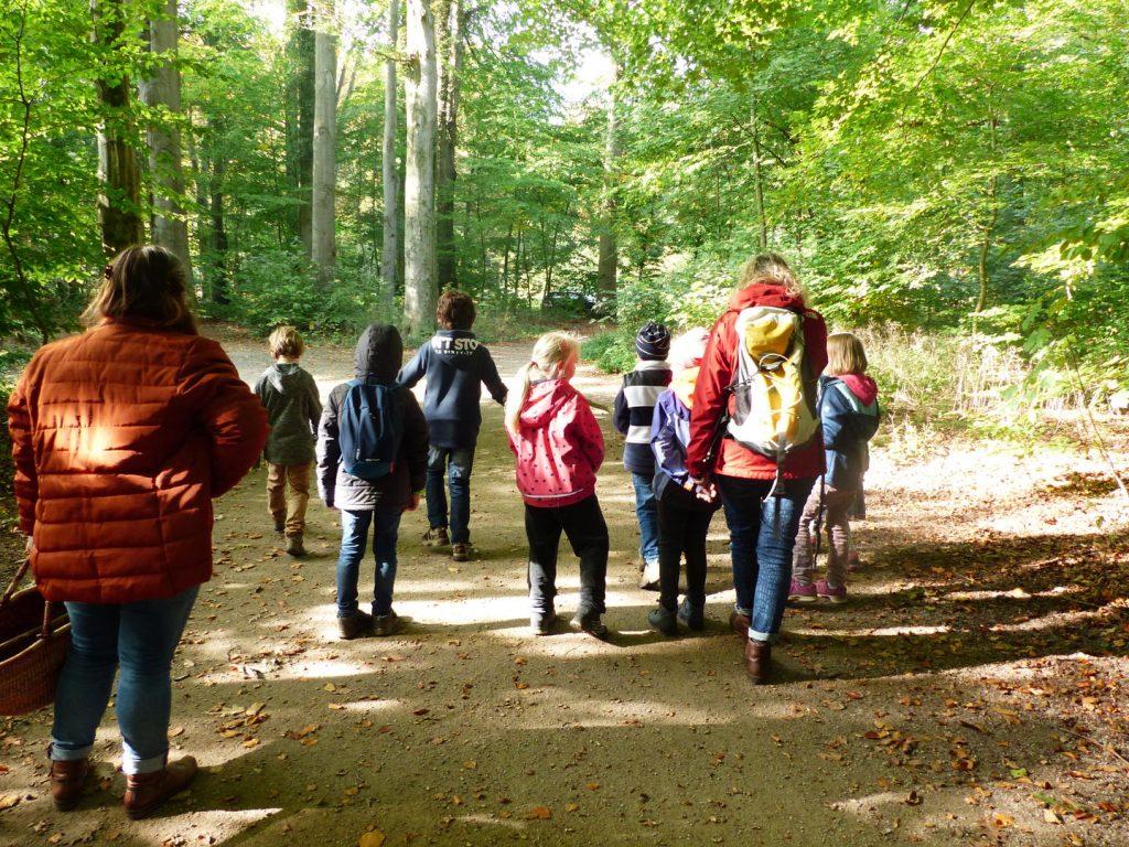 Menschen und Kinder laufen im Wald