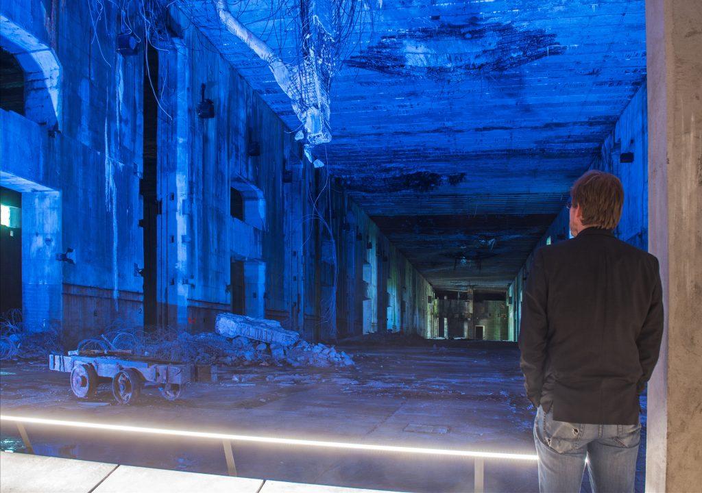 Mann steht im Bunker