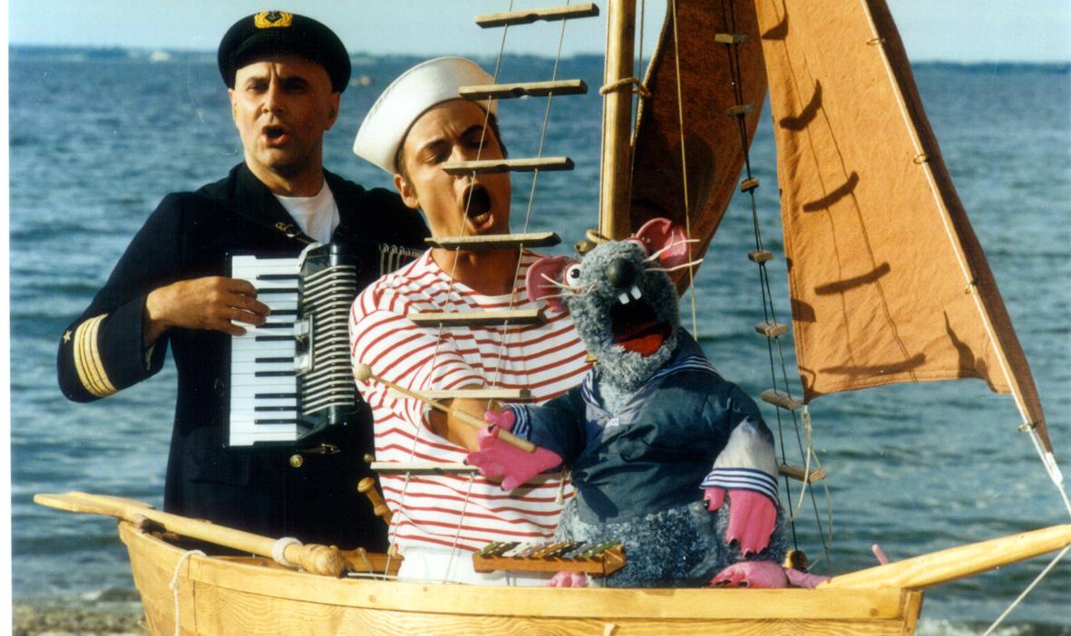 Maushandpuppe, Matrose und Kapitan machen im kleinen Boot Musik.