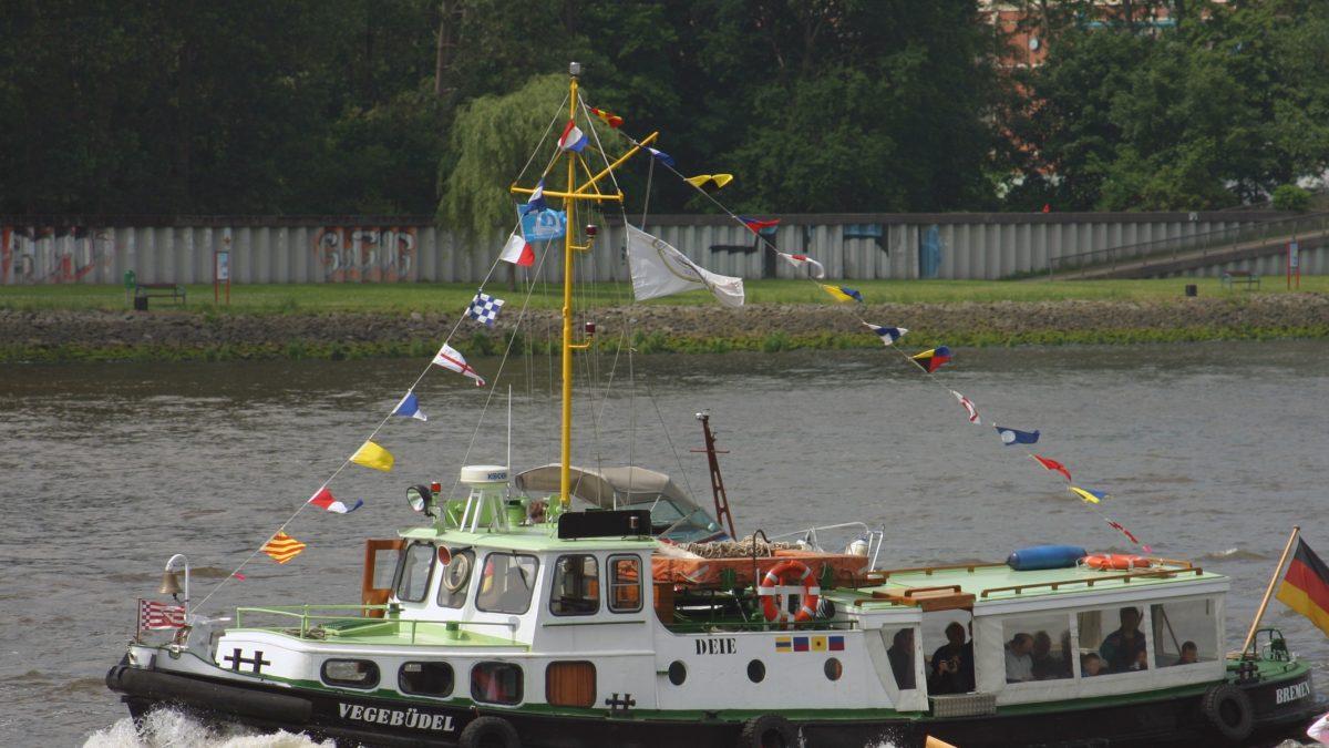 """Das Schiff """"Vegebüdel"""" auf dem Wasser"""