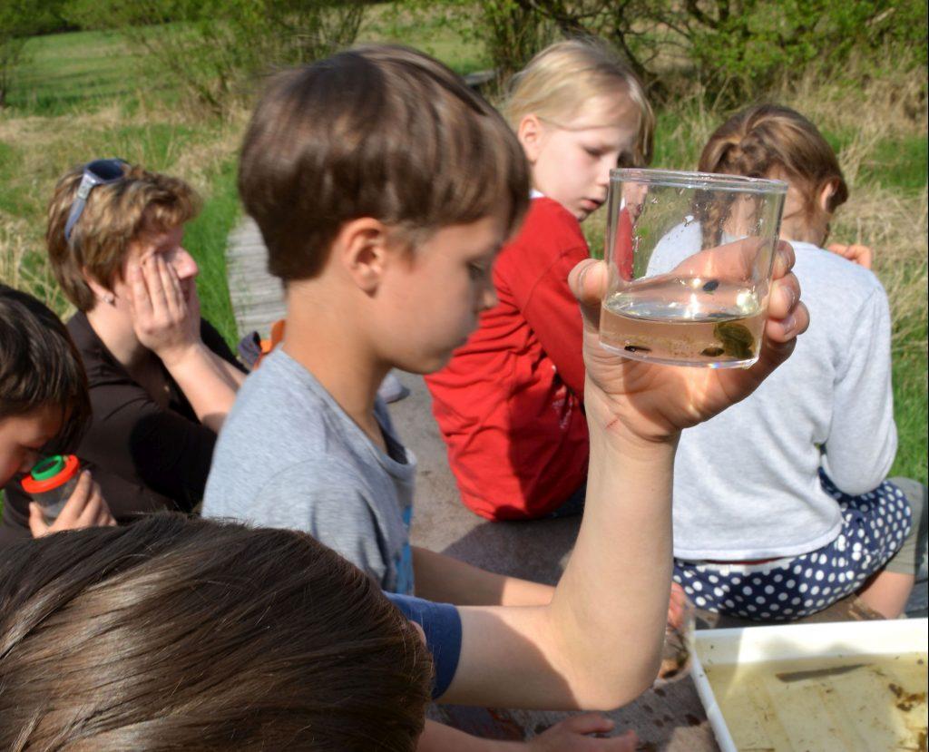 Kinder experimentieren mit Wasser