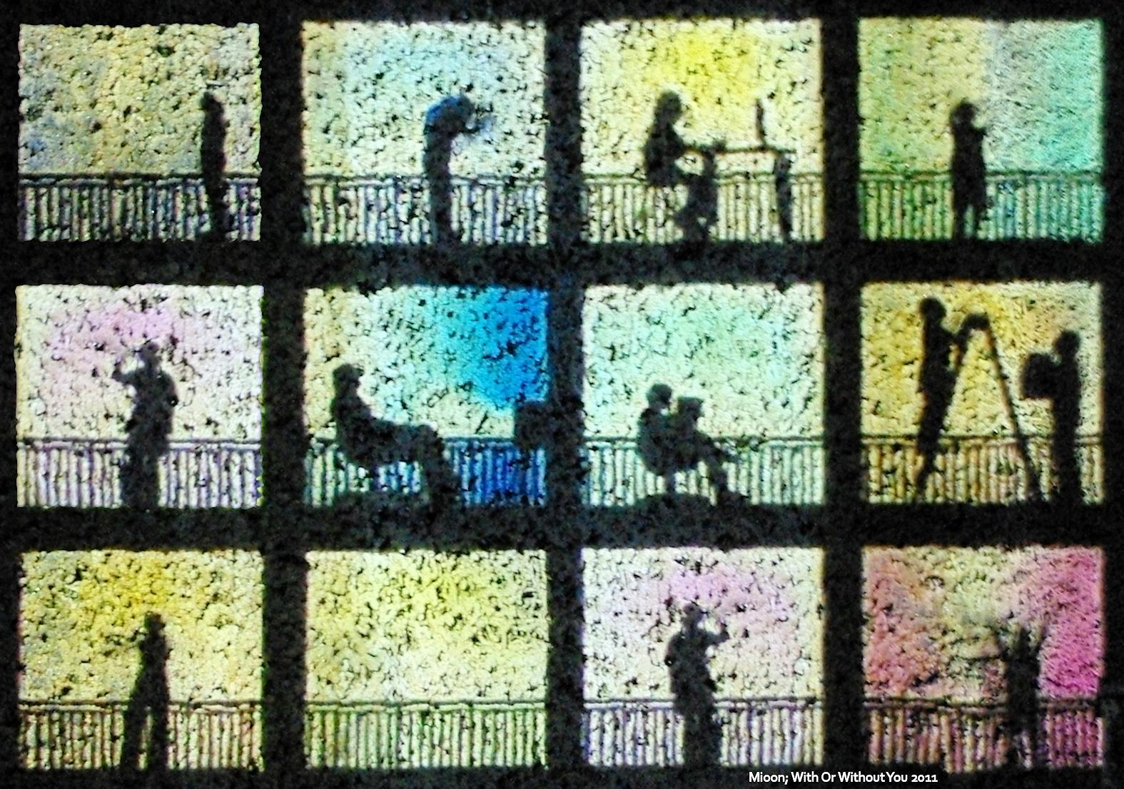 Bild von Menschenschatten in 12 Fenstern