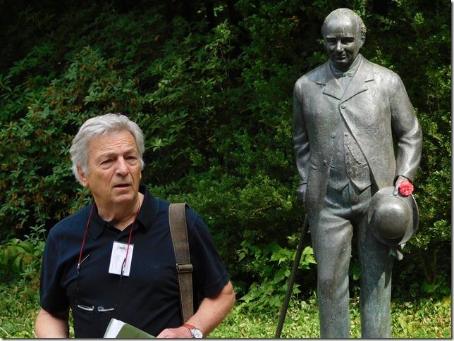 Parkführer vor Statue