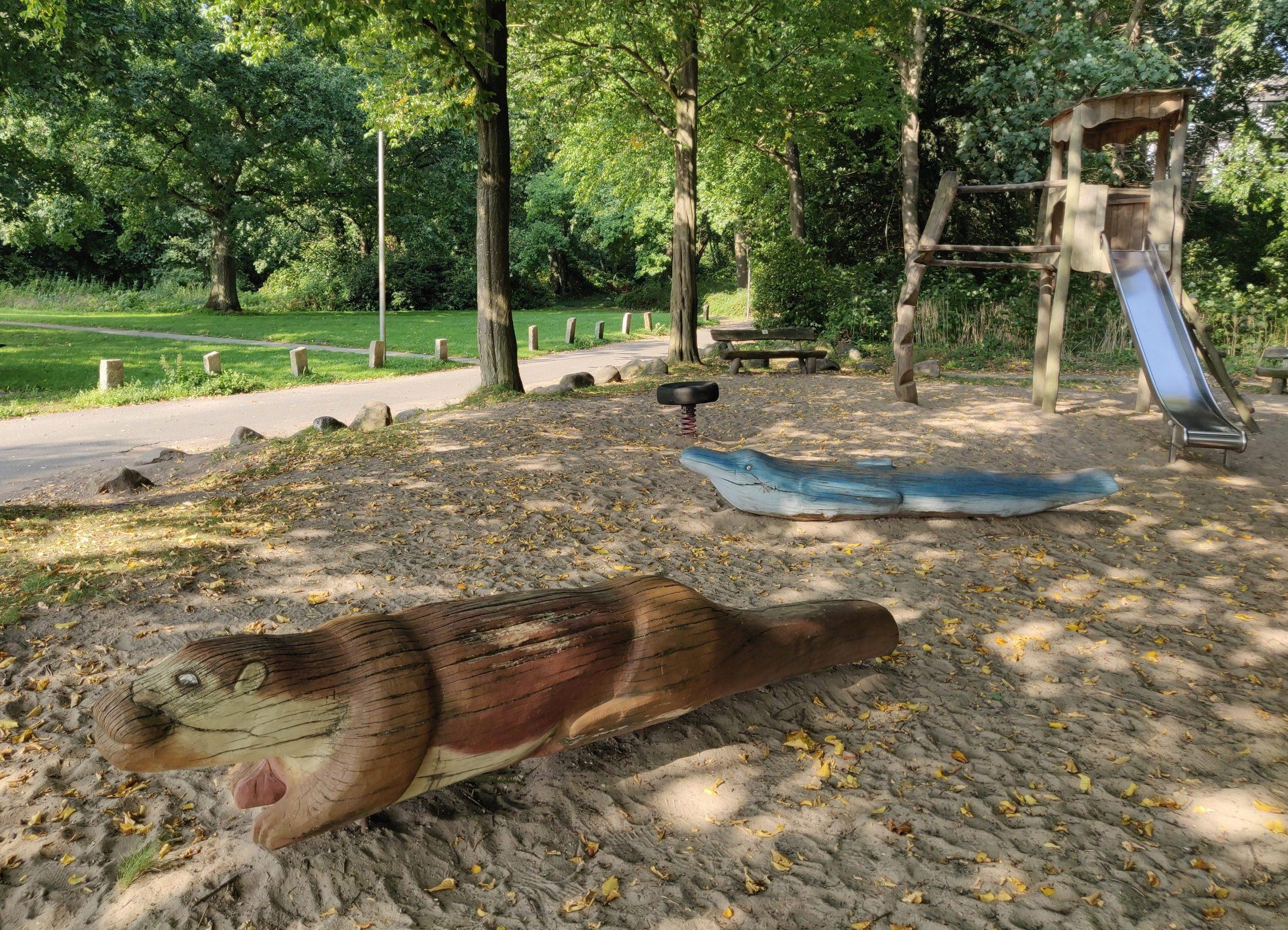 Spielplatz im Wald mit Klettergerüst und Schnabeltier