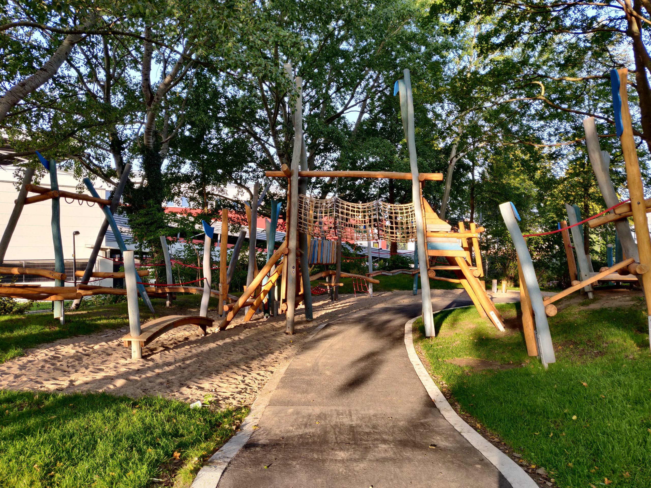 Ein moderner Spielplatz mit Holzgeräten