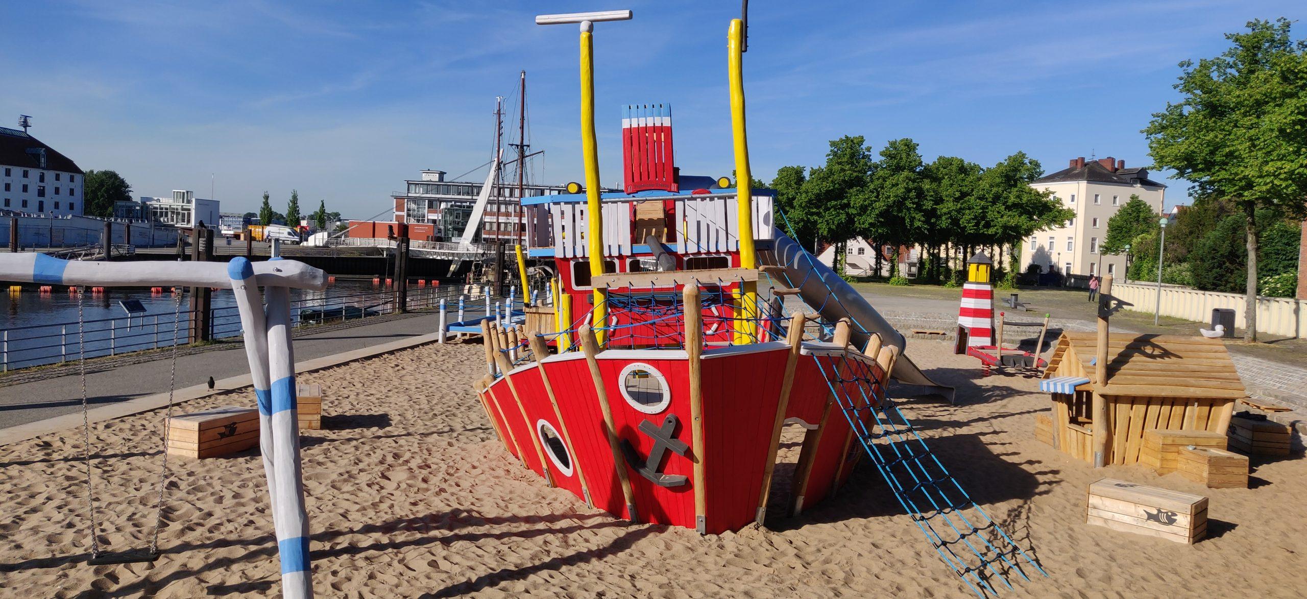 Klettergerüst in Schiffform mit Schaukel Spielplatz